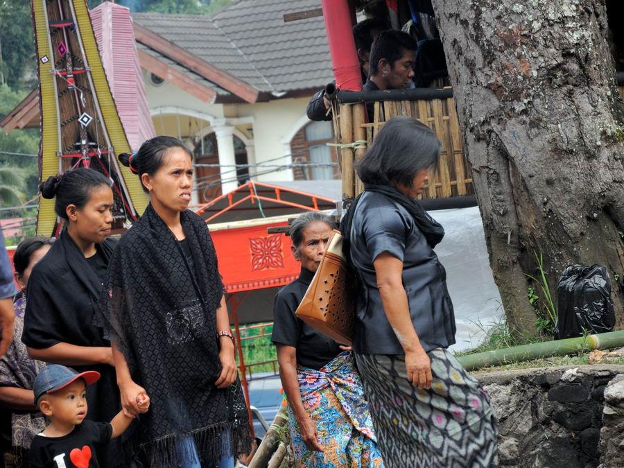 Гости на похоронах Тораджей