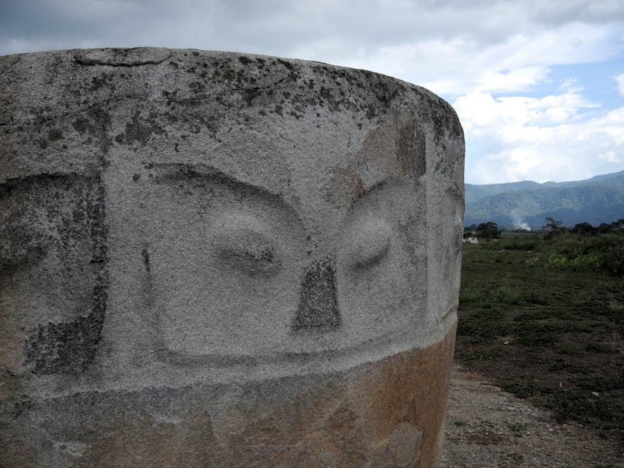 Каменный кувшин на Сулавеси