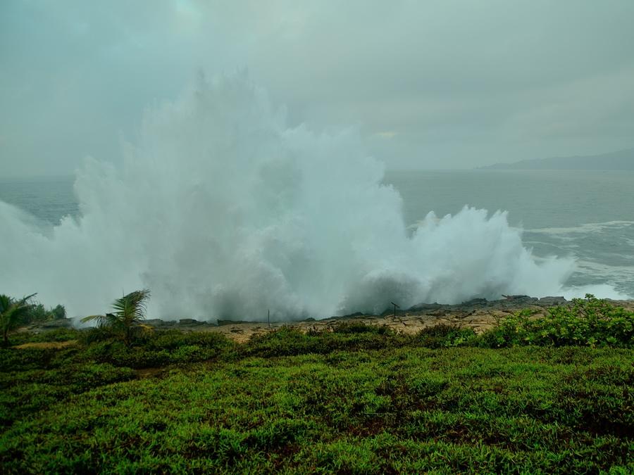 Волна разбивается